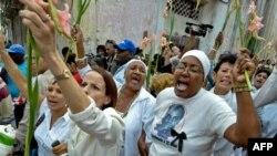 Ağ paltarlıların etiraz aksiyası. Havana, 18 mart 2010