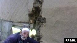 Masallının Mahmudavar kənd sakini 87 yaşlı Yaqub Nəsirov deyir ki, evi yararsız hala düşüb