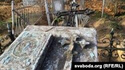 Магіла праваслаўнага сьвятара на Васкрасенскіх могілках. Лісьце не прыбранае. Крыж вывернуты