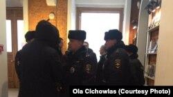 Москва-полицајци и други лица во цивилна облека во киното кое го емитуваше забранетиот филм за смртта на Сталин,26.01.2018