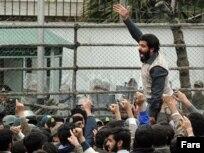 تظاهرات در مقابل سفارت بریتانیا میان دود و انفجار