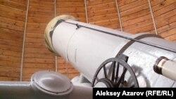 Германиядан репарация бойынша алынған 50-сантиметрлік Герц телескопы. Алматы облысы, 1 қыркүйек 2006 жыл.