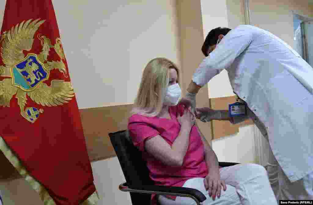 ЦРНА ГОРА - Пакет од 5 илјади дози на руската вакцина Спутник V пристигна денеска на аеродромот во Подгорица. Приемот на вакцините го изврши министерката за здравство Јелена Боровиниќ Бојовиќ. Тоа е првата испорака од 50 илјади дози кои црногорската Влада ги обезбеди преку билатерални преговори. Во владиното соошштение е наведено дека во наредните неколку дена треба да пристигнат и 30 илјади дози од кинеска вакцина Синофарм кои се донација.