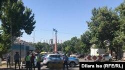 Сотрудники полиции у предполагаемого места проведения митинга двух оппозиционных групп. Шымкент, 6 июня 2020 года.