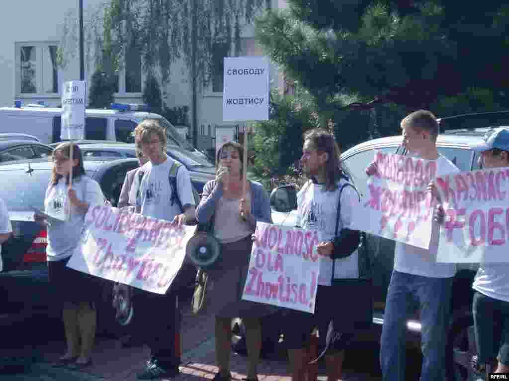 Акция в поддержку Жовтиса в Варшаве. - Активисты гражданского общества Польши во главе с Балли Мажец проводят акцию протеста у здания казахстанского посольства. Варшава, 15 сентября 2009 года.