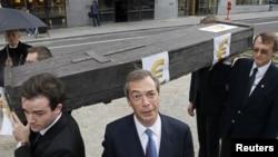 """Лидер Партии независимости Соединенного королевства Найджел Фарадж (в центре) и его соратники """"хоронят"""" евро"""