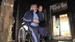 Інвалід бяз ног жыве ў машыне каля згарэлай хаты