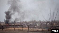 Дим після обстрілів біля Донецького аеропорту, 13 квітня 2015 року