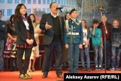 Генеральный продюсер Сергей Азимов (в центре) и юный актер Амангельды Кусаинов (справа). Алматы, 5 октября 2016 года.