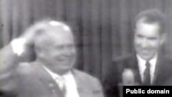 Первый секретарь Компартии СССР Никита Хрущев и вице-президент США Ричард Никсон в ходе их «кухонных дебатов» на американской выставке в Москве в 1959 году.