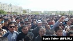 Сотни человек участвуют в митинге в Атырау 24 апреля 2016 года.