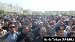 На митинге протеста в городе Атырау 24 апреля 2016 года.