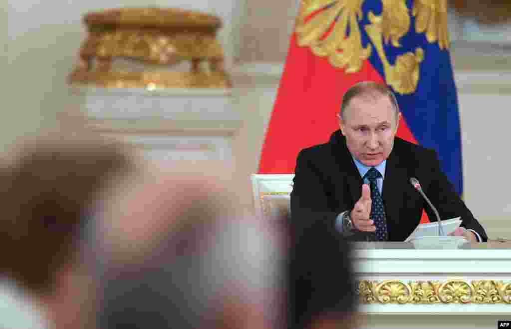 Владимир Путин Кремлевский лидер ведет труднопредсказуемую тактическую игру, пытаясь восстановить международное влияние Москвы. Чтобы подружиться со своими западными соседями или создать им проблемы, Путин располагает целым арсеналом средств: от контроля за поставками газа до возможности поддержать их внутренних врагов. После аннексии Крыма в 2014 году никто в Евросоюзе не берется предсказывать, каким будет следующий шаг Путина. Однако 31 июля лидеры стран ЕС должны продлить или отменить санкции, наложенные на Россию в связи с ее действиями на востоке Украины. Некоторым странам - членам ЕС эти санкции не нравятся. Если Трамп решится на смягчение американских санкций против России, Евросоюзу будет нелегко предотвратить блокировку решения о продлении антироссийских санкций одной или сразу несколькими странами.