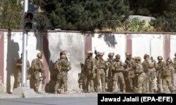نیروهای ویژه افغان در کنار دیوار ساختمان تلویزیون شمشاد