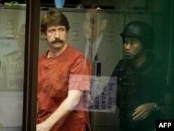Виктор Бут в суде в Бангкоке, где он был арестован в 2010 и откуда выдан в США