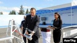 Ильхам Алиев (на фото - на переднем плане) зкладывает фундамент нового здания SOCAR, Баку, 12 октябрь 2010