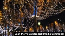 نمایی از خیابان شانزلیزه در پاریس که به مناسبت جشنهای سال نو میلادی، تزئین شدهاست