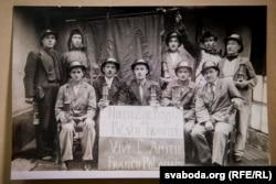 Польскія і заходнебеларускія шахтары ў Францыі з плякатам: «Хай жыве польска-францускае сяброўства»