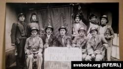 Польські і західнобілоруські шахтарі у Франції з плакатом: «Хай живе польско-французька дружба»