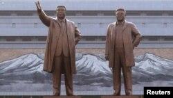 Kim Il-sung və Kim Jong-il'in heykəlləri
