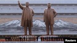 Церемония открытия памятников предыдущим вождям Северной Кореи - Ким Ир Сену (слева) и Ким Чен Иру. Пхеньян, 13 апреля 2012 года.