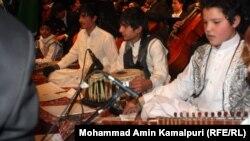 د انځور د هغو افغانو ماشومانو دی چې موسیقي زده کوي