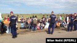 Сербия мен Венгрия шекарасы маңында тұрған мигранттар мен полиция. 26 тамыз 2015 жыл.