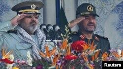 حسن فیروزآبادی (چپ) در کنار محمدعلی جعفری، فرمانده کل سپاه پاسداران انقلاب اسلامی