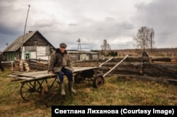 Idős férfi pózol Szvetlanának