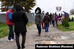 Kétszer 16 órát dolgoztak a két nap alatt a maratoni tesztelésben segédkező magyar önkéntesek. Trencsén, Szlovákia, 2020. október 31.