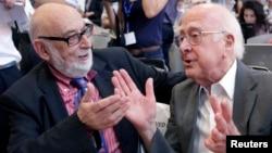 Փիթեր Հիգզը (աջից) և Ֆրանսուա Էնգլերտը մի գիտաժողովի ժամանակ, հուլիս, 2012թ․