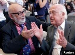 İsveçrə - Peter Higgs (sağda) və Francois Englert, 2012