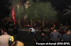 پرتاب سنگ از سوی معترضان به سوی کنسولگری ایران در کربلا. شب گذشته