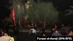 معترضان عراقی در شهر کربلا به سوی قنسولگری ایران سنگ پرتاب میکنند. November 3, 2019