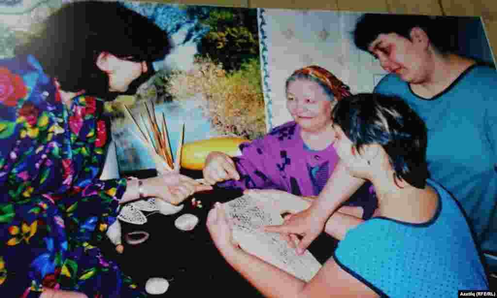 Фәрдәнә Шәфикова кызы Рита (с), Рима (уртада) һәм Рәнилә белән шәл бәйлиләр