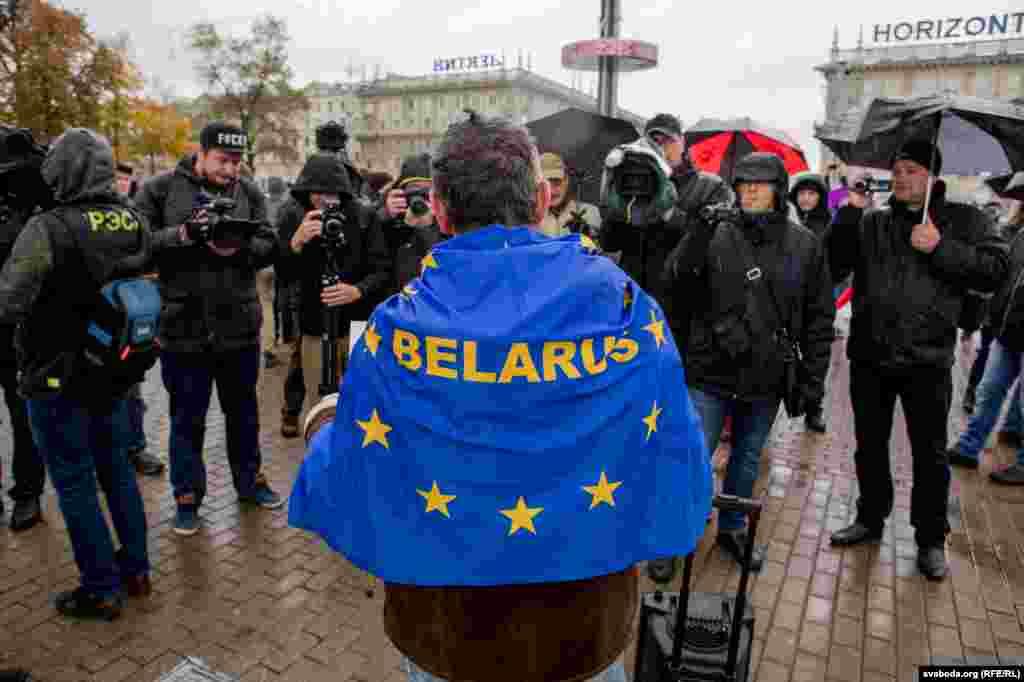 Из-за «налога на тунеядство» в Беларуси прошли массовые акции протеста в феврале и марте. Согласно президентскому декрету, каждый официально не работающий гражданин страны должен платить в казну около 170 евро в год.