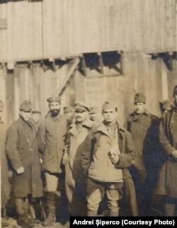 Prizonieri Centrali în lagărul de la Șipote. Sursa: Andrei Șiperco (ed.), Tragedii și suferințe neștiute...., 2003 (AFB, E 2020 Schachtel nr. 111).