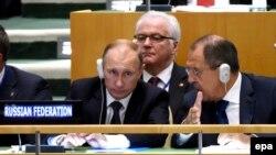 Президент Росії Володимир Путін (ліворуч) постійний представник Росії при ООН Віталій Чуркін (посередині) та керівник МЗС Росії Сергій Лавров (праворуч) під час засідання Генасамблеї ООН у Нью Йорку. 28 вересня 2015 року