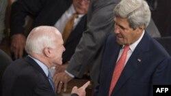 Сенатор Джон Маккейн (сол жақта) мен АҚШ мемлекеттік хатшысы Джон Керри. Вашингтон, 18 қыркүйек 2014 жыл.