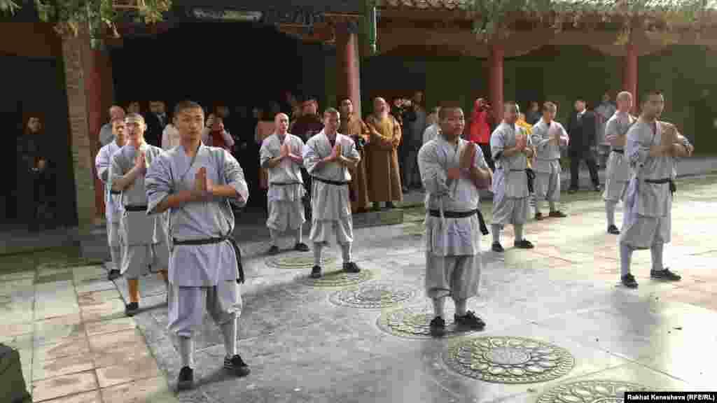 Популярность Шаолиня в массовой культуре привела к тому, что монастырь сильно разросся, большие средства были вложены в благоустройство региона и индустрию туризма. В монастыре и вокруг него существует большое число коммерческих школ боевых искусств, рассчитанных на иностранных туристов.