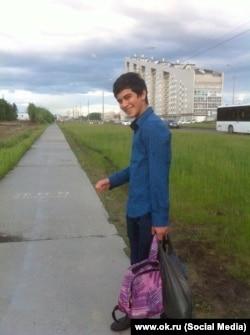 Артур Гаджиев на фоне многоэтажки в Сургуте, где он предположительно проживал