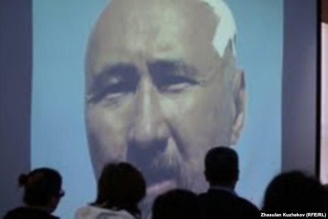 Кадр с изображением поэта Арона Атабека из фильма о событиях в поселке Шанырак был показан на общественных слушаниях по проблемам казахских дольщиков. Астана, 11 сентября 2010 года