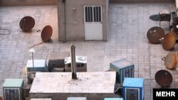 بر فراز بسیاری از بامها در تهران و دیگر شهرهای ایران، آنتنهایی برای دریافت برنامههای ماهوارهای به چشم میخورد