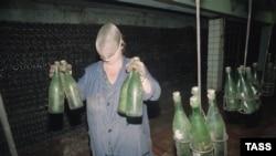 Співробітниця заводу «Абрау-Дюрсо» в масці для захисту від пляшок, що вибухають, 1994