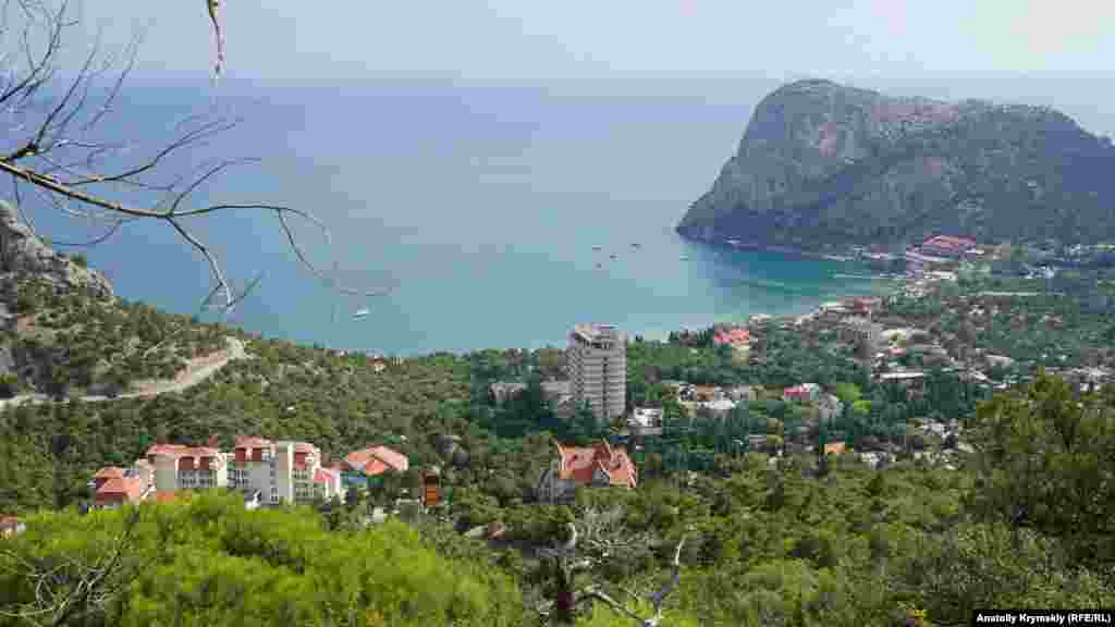 Вид на Зеленую бухту и поселок Новый Свет с горной туристической тропы