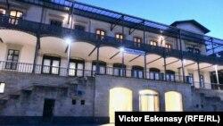 Vedere nocturnă a clădirii Gării Rolandseck și a Muzeul Hans Arp