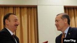 Ильхам Алиев (слева) и Эрдоган, Измир, 25 октября 2011