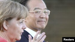 German Chancellor Angela Merkel (left) talks to Chinese Premier Wen Jiabao in Berlin