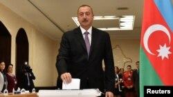 Әзербайжан президент Илхам Әлиев референдумда дауыс беріп тұр. Баку, 26 қыркүйек 2016 жыл.