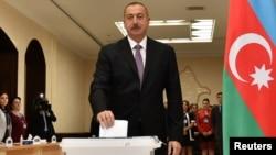 İlham Əliyev referendumda səs verir.